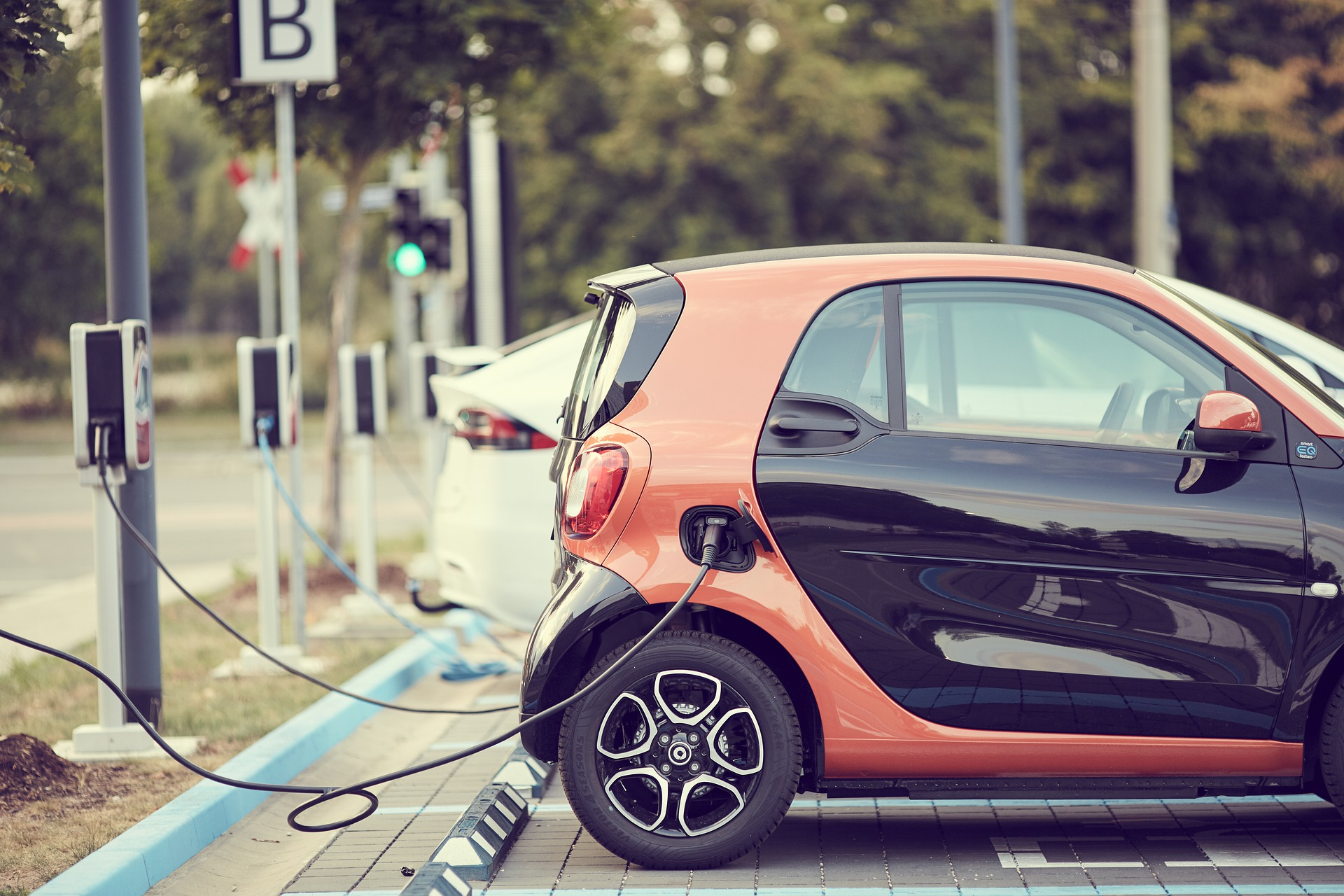 Read more about the article While Automakers Welcome Them, Electric Vehicle Buyers Are Hesitant